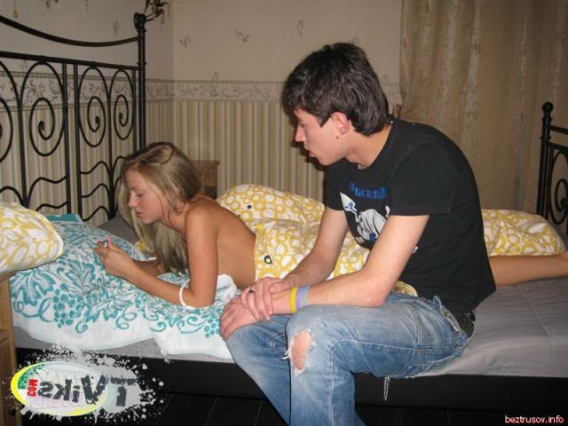 Порево на кровати с голой девочкой в позе наездницы