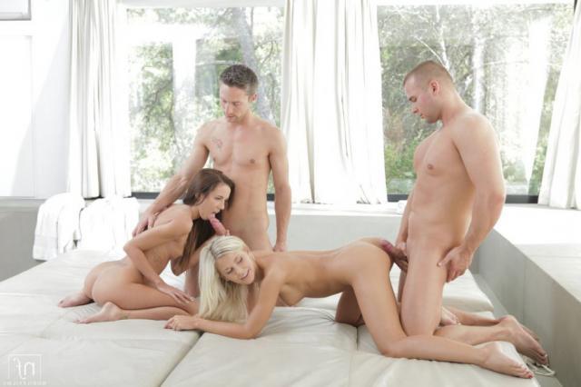 Сексуальные свингерши трахаются с парнями голышом