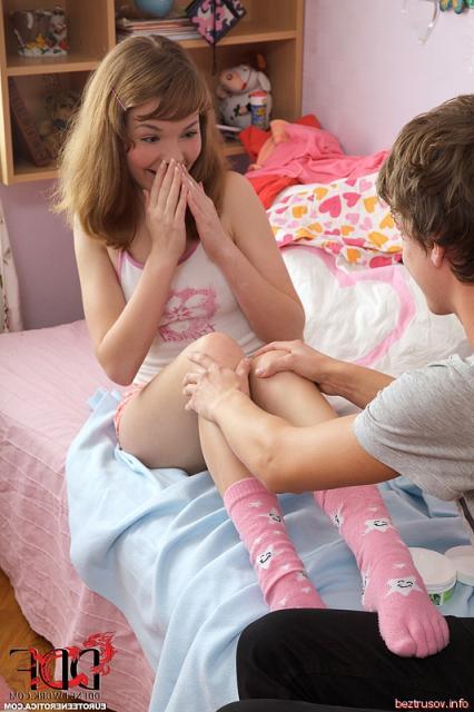 Малолетка занимается сексом на постели в пизду