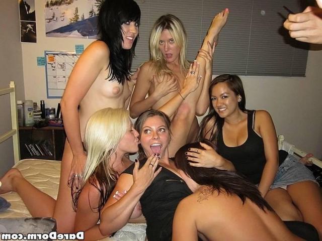 Голые женщины занимаются групповухой на секс вечеринке