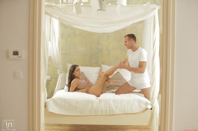 Секс на кровати с худой голой шатенкой