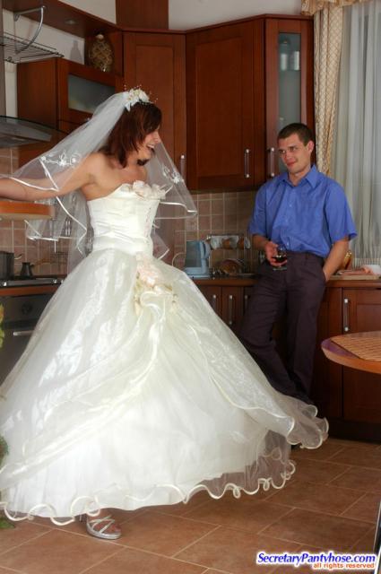 Ебёт на свадьбе невесту в позе раком в свадебном платье
