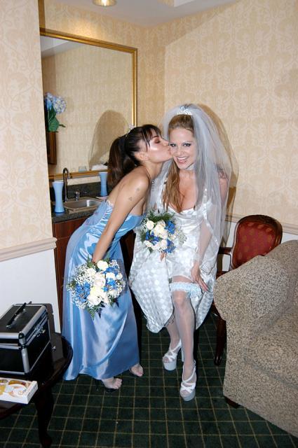 Секс на свадьбе с красивой невестой и подружкой