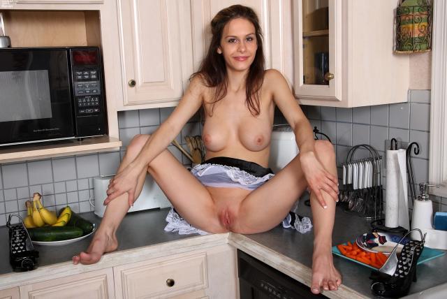 Сексуальная служанка эротично позирует голой и трахает себя овощами