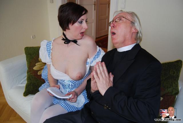 Пастор и послушник ебут молодую брюнетку - служанку в рот и пизду