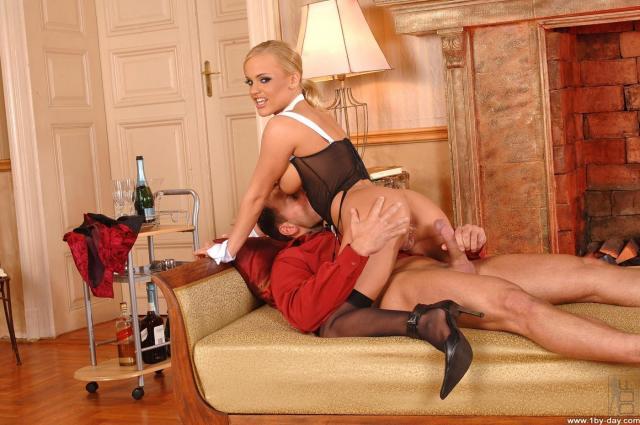 Сексуальная красивая служанка ебётся с мужиком в очко и сосёт пенис