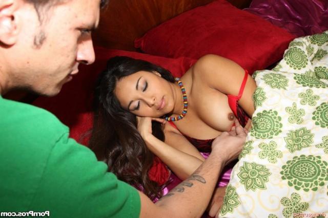 Минет спящей и голой латинке на кровати