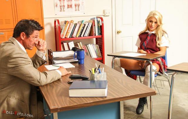 Учитель ебёт сексуальную студентку на столе и кончает ей на лицо