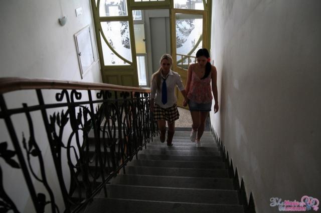 Ученицы лесбиянки ласкают киску подруги руками
