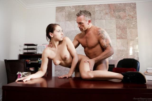 Трахает голую ученицу на столе в тёплое влагалище членом
