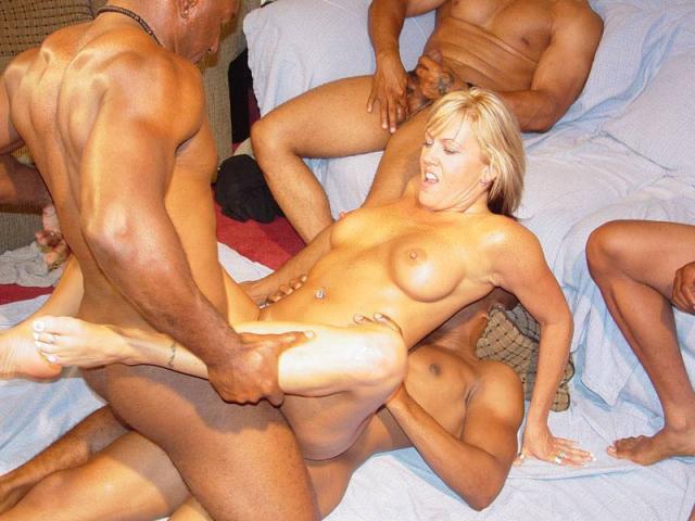 Групповушка с блондинкой закончилась спермой на голое тело