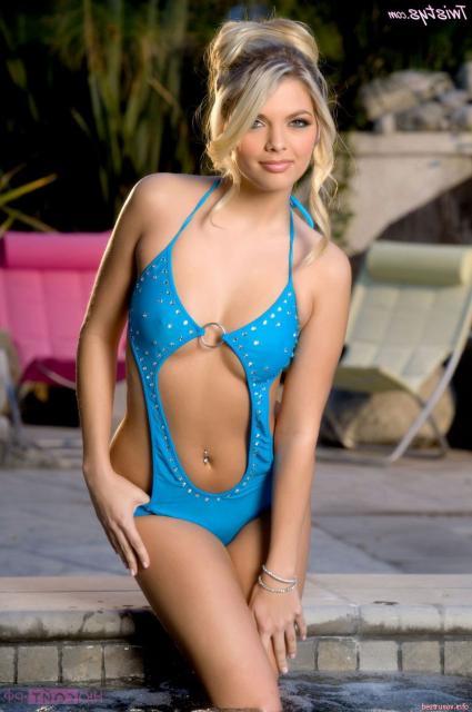 Сексуальная красотка в бикини показывает пизду в бассейне