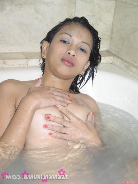 Азиатка подросток в ванной в воде показывает пизду