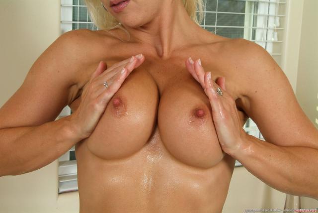 Красивая зрелая блондинка в воде дрочит киску, демонстрируя очко