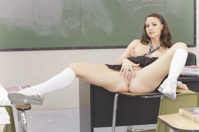 Девушка дня позирует в школе у доски и мастурбирует киску на столе