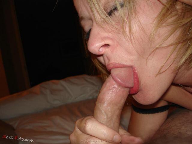 Домашнее порно молодой блондинки, позирующей голой