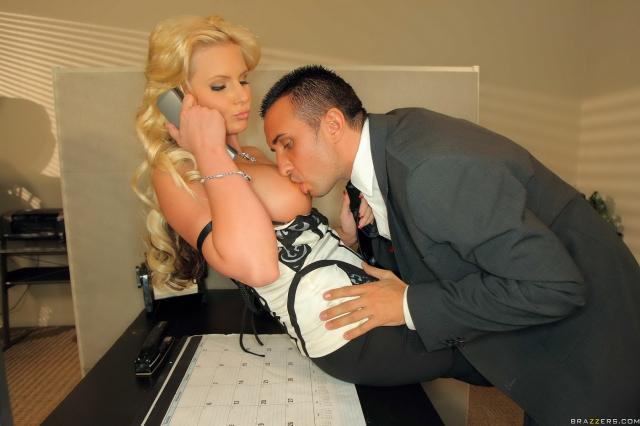 Пышная голая секретарша из Brazzers ебется на столе в киску