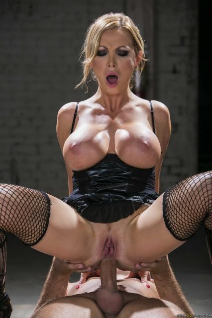 Красивая и сексуальная тёлка с большими сиськами из Brazzers трахается