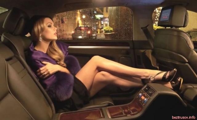 Стройные развратные девушки возле авто позируют и возбуждают