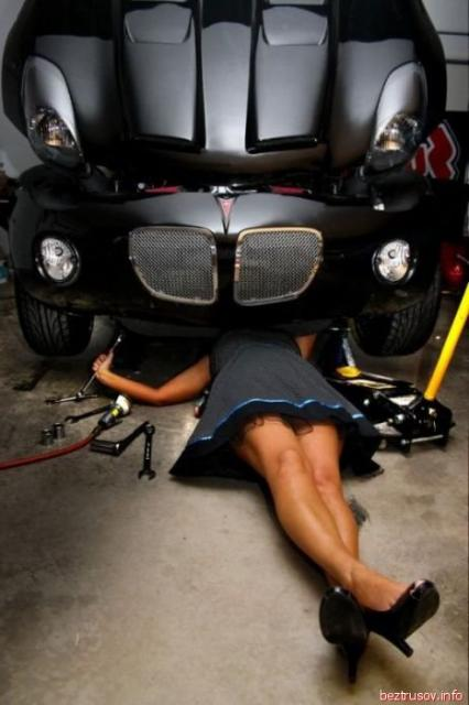 Красивые и развратные телки сексуально позируют возле авто