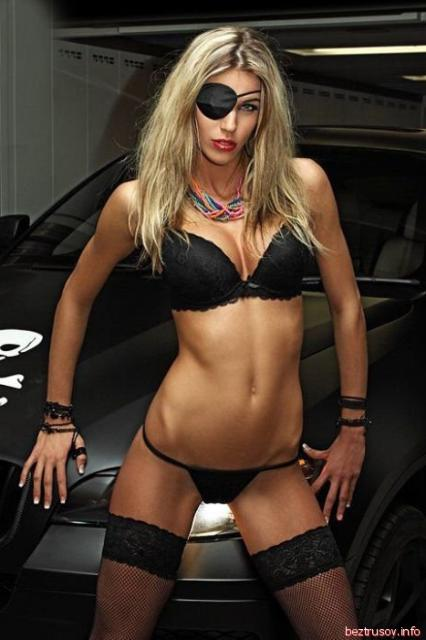 Сексуальные женщины эротично позируют и флиртуют глазами возле авто