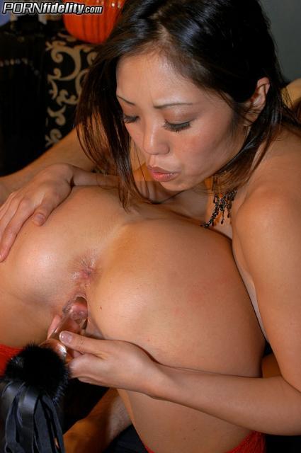 Две ненасытные азиатки с большой грудью сосут мужской пенис