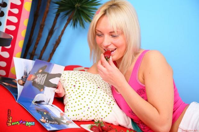 Шлюха подставляет привлекательную попу для ебли в анальном порно