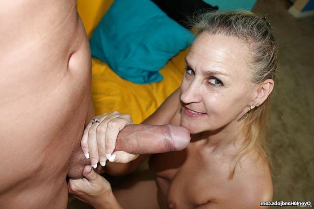 Молодая баба с красивыми титями сосет член и получает сперму на лицо