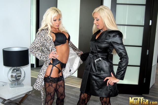 Инцест: две сестры в колготках делают куни и показывают сиськи