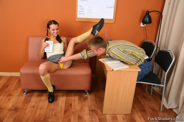 Молодая голая тёлка с косичками раздвигает ноги на столе