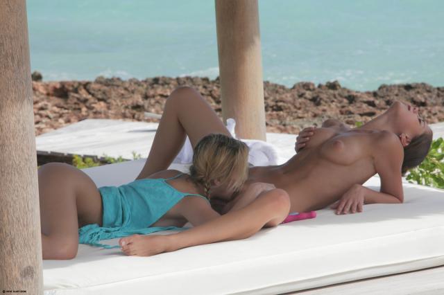 Страстные голые лесбиянки с косичками сосутся на пляже и делают куни