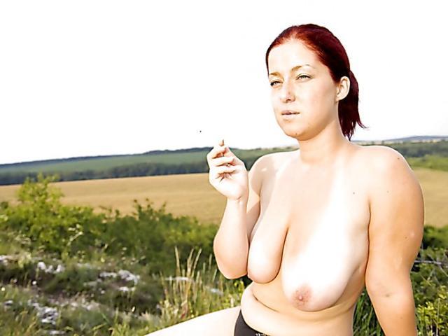 Пышная зрелая курильщика с большими висячими дойками на природе