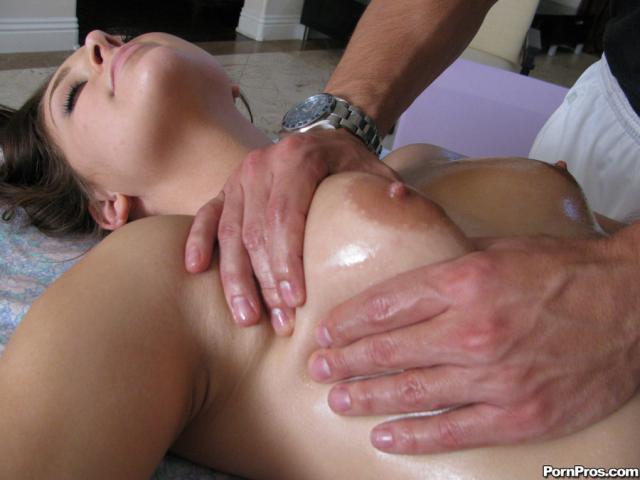 Во время эротического массажа голая телка дала во влагалище