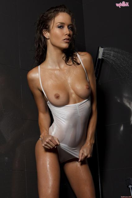 Мокрая строптивая шлюха с большими титьками ласкает клитор душем