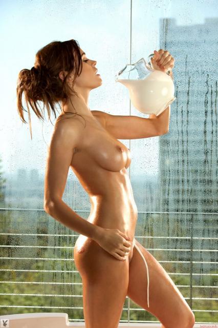 Мокрая обнаженная самка моется и кончает от оргазма