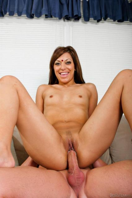 Молодая голая мулатка занимается сексом в позе наездницы