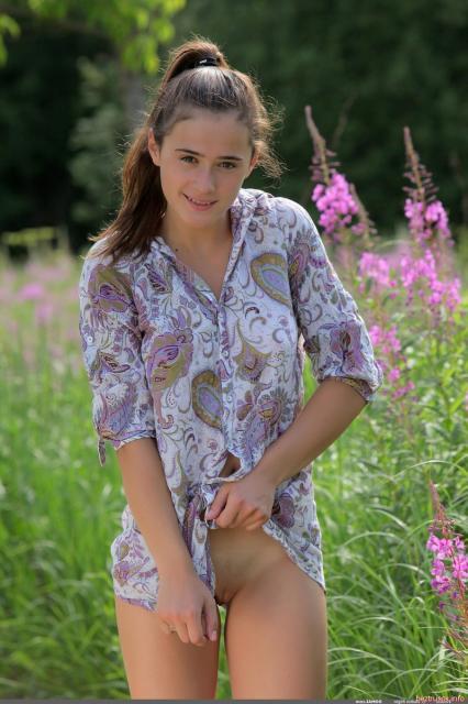 Развратная девка на природе показывает маленькую сексуальную грудь