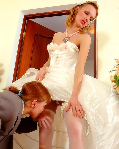 Подруга делает невесте куни и трахает страпоном в сексе на свадьбе