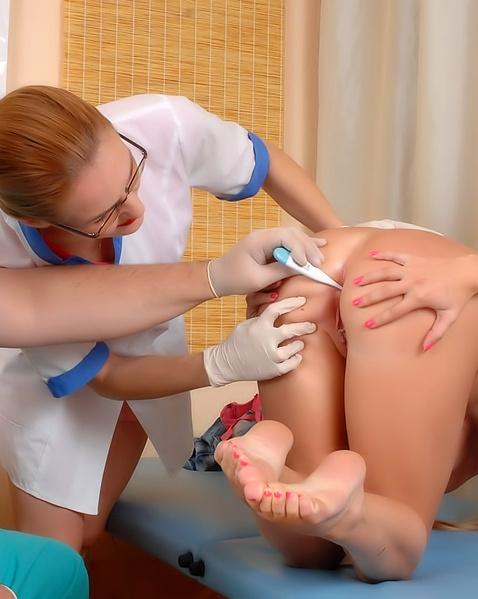 У гинеколога крупным планом голая блондинка показала половые губы