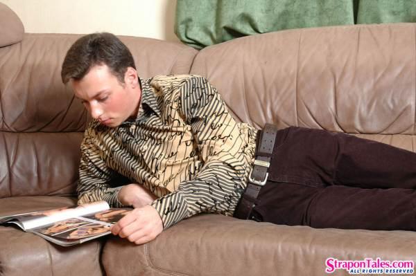 Зрелая развратная баба ебёт мужика страпоном в жопу на диване