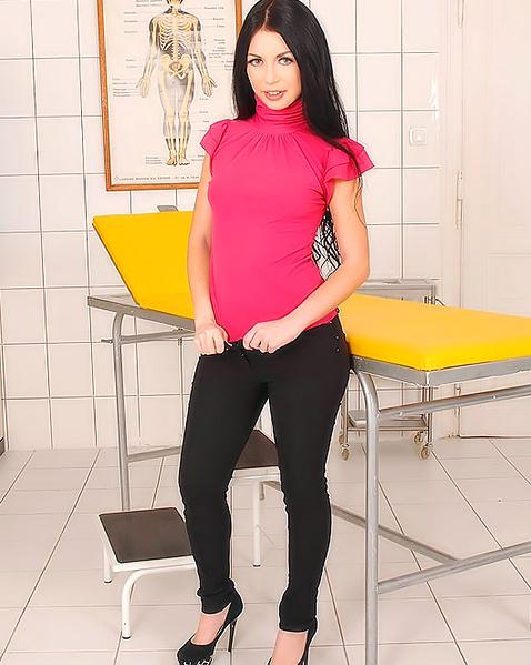 Молодая секретарша задирает ноги и мастурбирует, переходя на фистинг