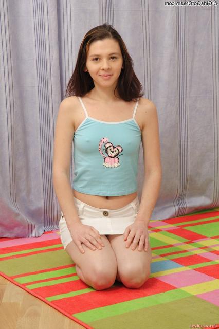 Девчонка с маленькими сиськами эротично трахается на кровати в позе раком