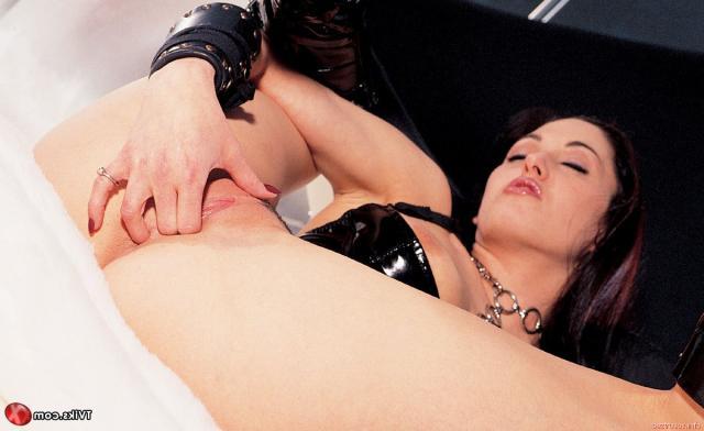 Похотливая телка с шикарной грудью занимается онанизмом и кончает
