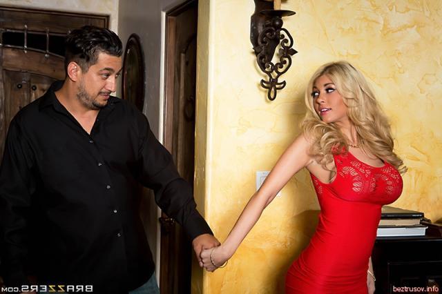 Красивая блондинка с большими буферами занимается оральным сексом