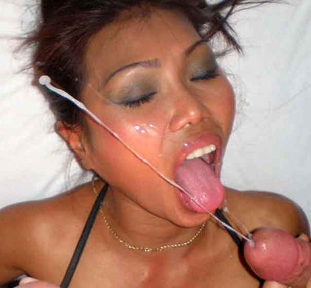 Похотливые голые бабы с полным ртом спермы испытывают оргазм