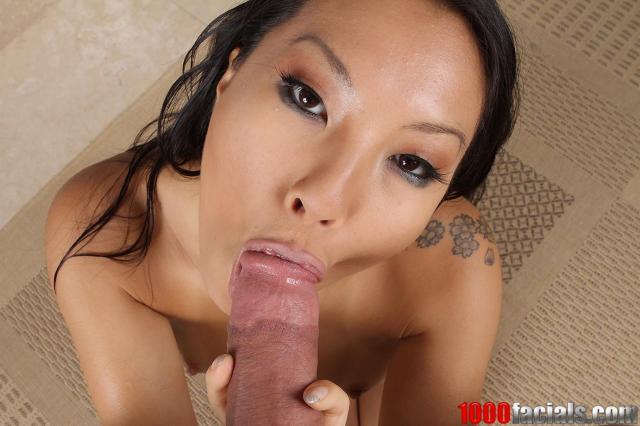 Полный рот спермы после минета у молодой голой азиатки в ванной