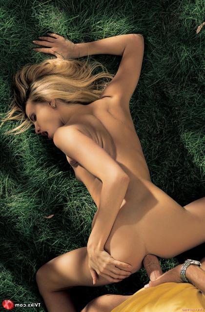 Порево с красивой и голой блондинкой, ебущейся на природе