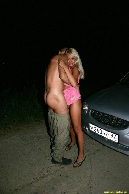 Русская похотливая голая блондинка трахается и лижет пенис