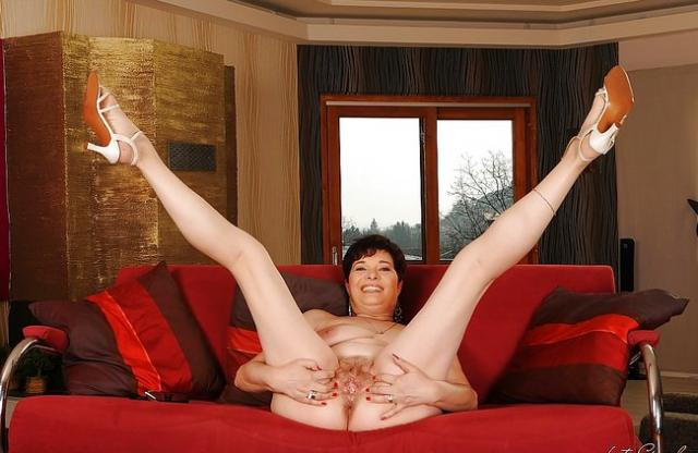 Развратная толстуха раздвигает ноги, показывая волосатую пизду без трусов