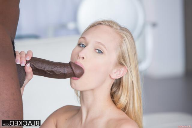 Лаская толстый хуй, голая русская девочка захотела трахаться
